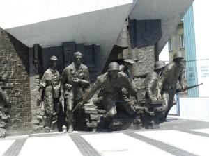 ワルシャワ蜂起記念碑 立ち上がる