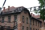 「働けば自由になる」の門(Bの倒立は造らされた囚人の意識的な抵抗)