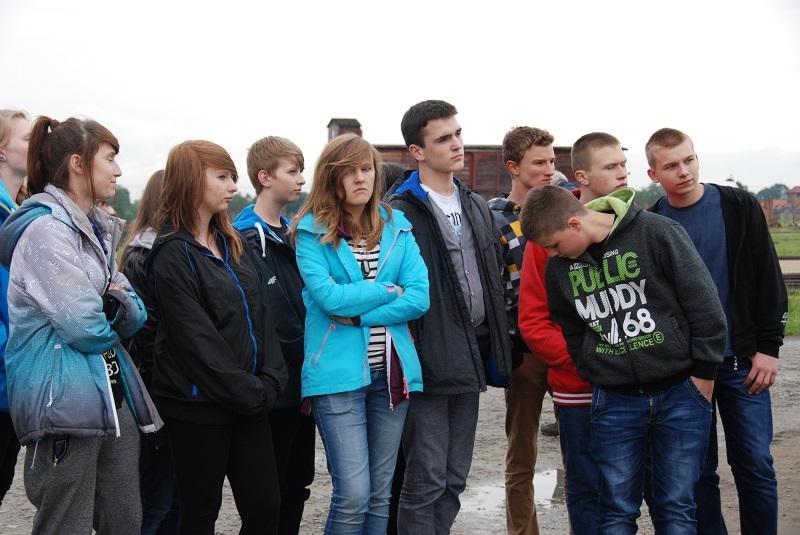 ビルケナウで説明を聴く見学の学生たち
