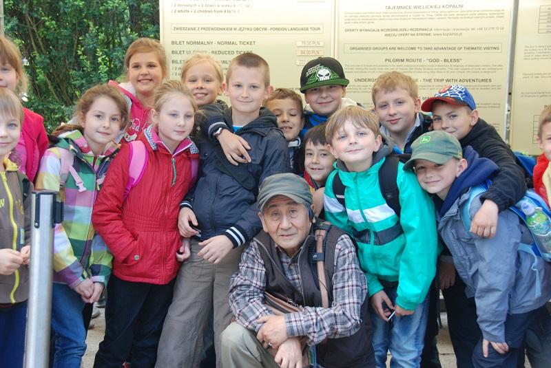 ヴェリシカ岩塩坑見学の子どもたちと私