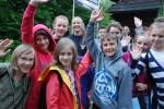 ポーランド南部の木造教会を訪れた子どもたち